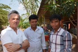 Thierry met de schooldirecteur en de leraar Engels, Mr Penhky