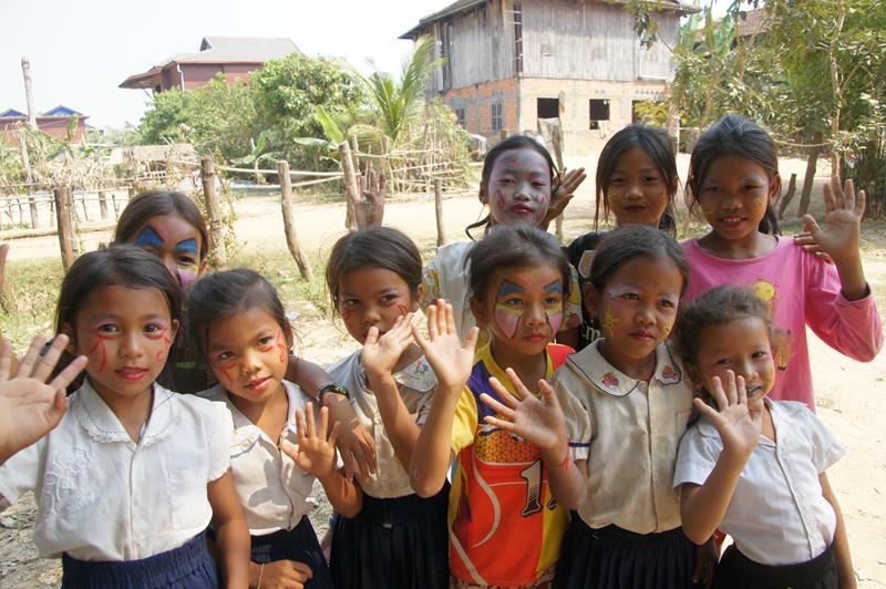 Hope for the children-Tijdens het bezoek van het college van Waregem werden de kindjes geschminkt.