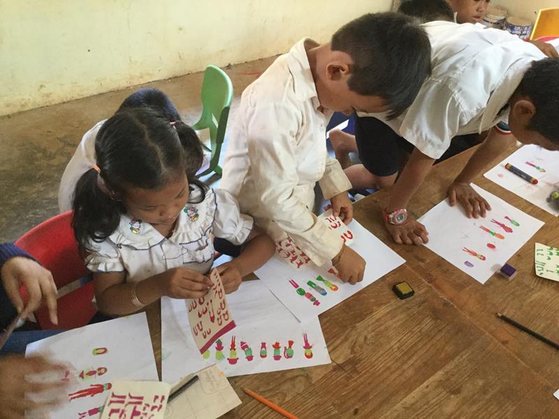 Hope for the children-Met stickers aan het werk tijdens bezoek school Ieper
