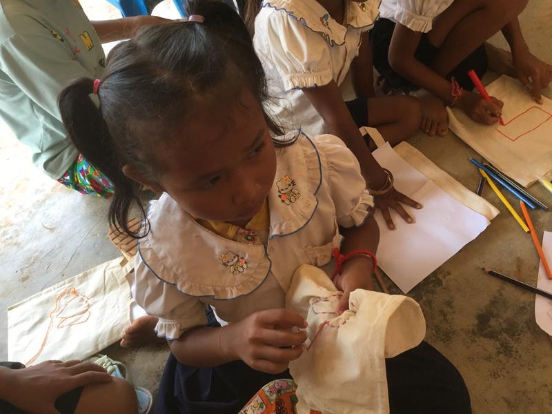 Hope for the children-Naaien op zakjes tijdens bezoek school Ieper