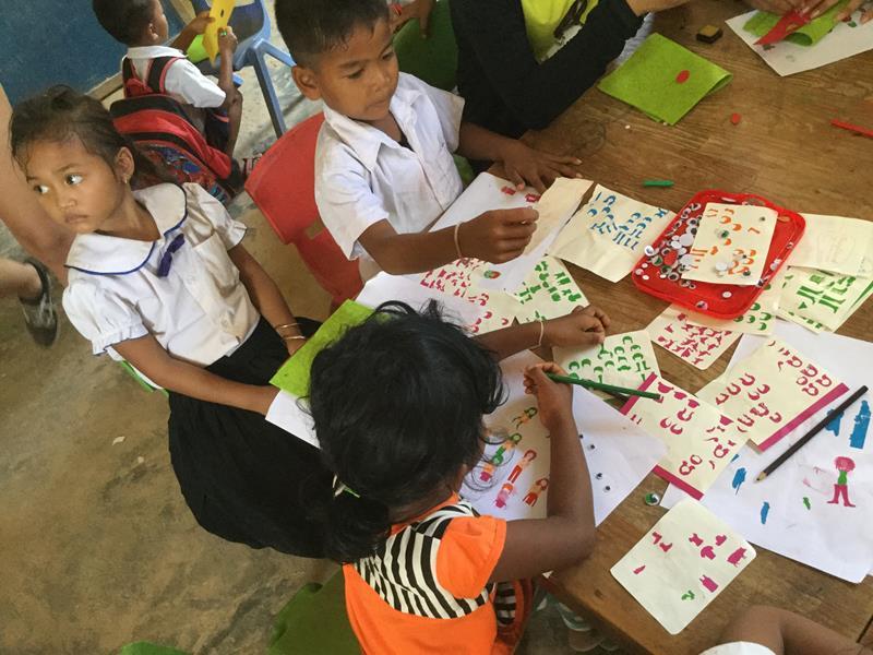 Hope for the children-Stickers kleven tijdens bezoek school Ieper