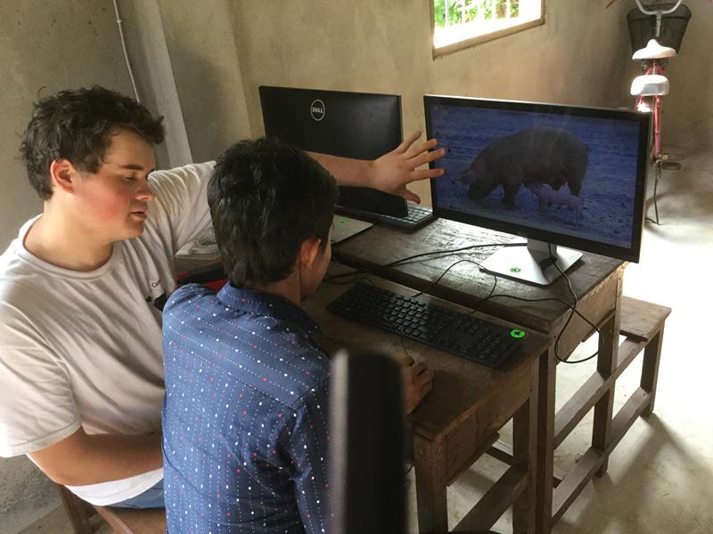 Hope for the children-Computerklas : Studenten Ieper geven les