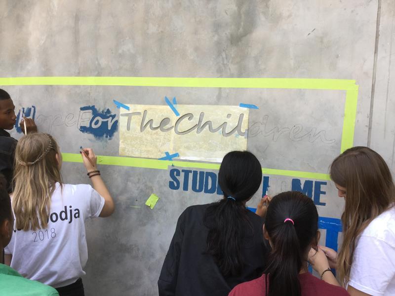 Hope for the children-Logo wordt op de muur geschilderd door leerlingen Ieper